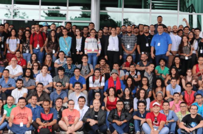 Un grupo de decenas de personas posando para la fotografía oficial de Drupal Camp 2017