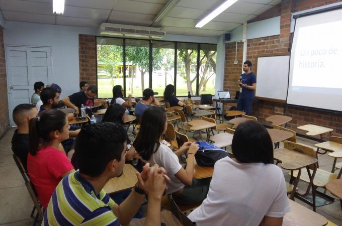Rodrigo Espinoza al frente del aula dando una charla a algunos estudiantes.