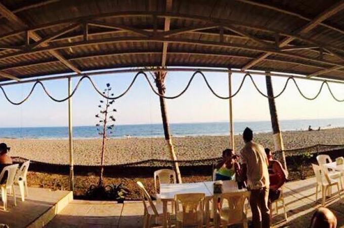 Imagen de restaurante Capitán Moreno frente a la playa, con un atardecer.