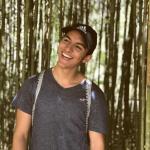 Foto en primer plano de sujeto con fondo de bambúes